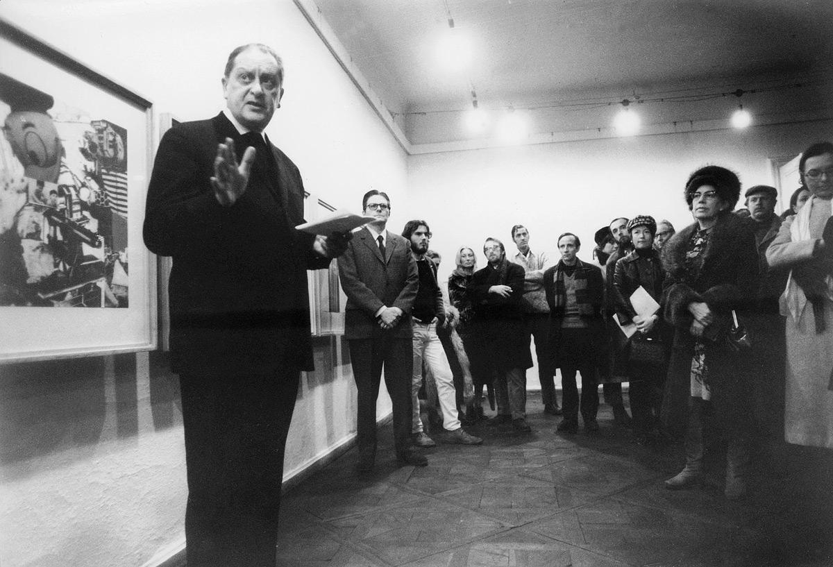 Monsignore Otto Mauer eröffnet eine Ausstellung von Jim Dine in der Galerie nächst St. Stephan, 1972. Foto: Johann Gürer