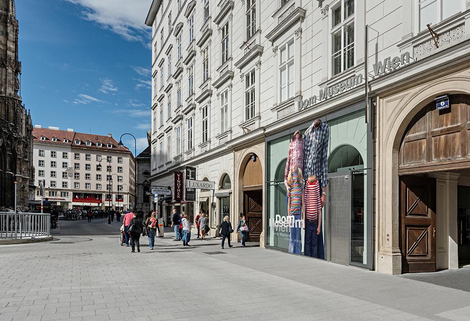 """Die Fassade des Dom Museum Wien am Stephansplatz, mit dem Ausstellungssujet für """"Family Matters"""" Originalfoto: Hertha Hurnaus"""
