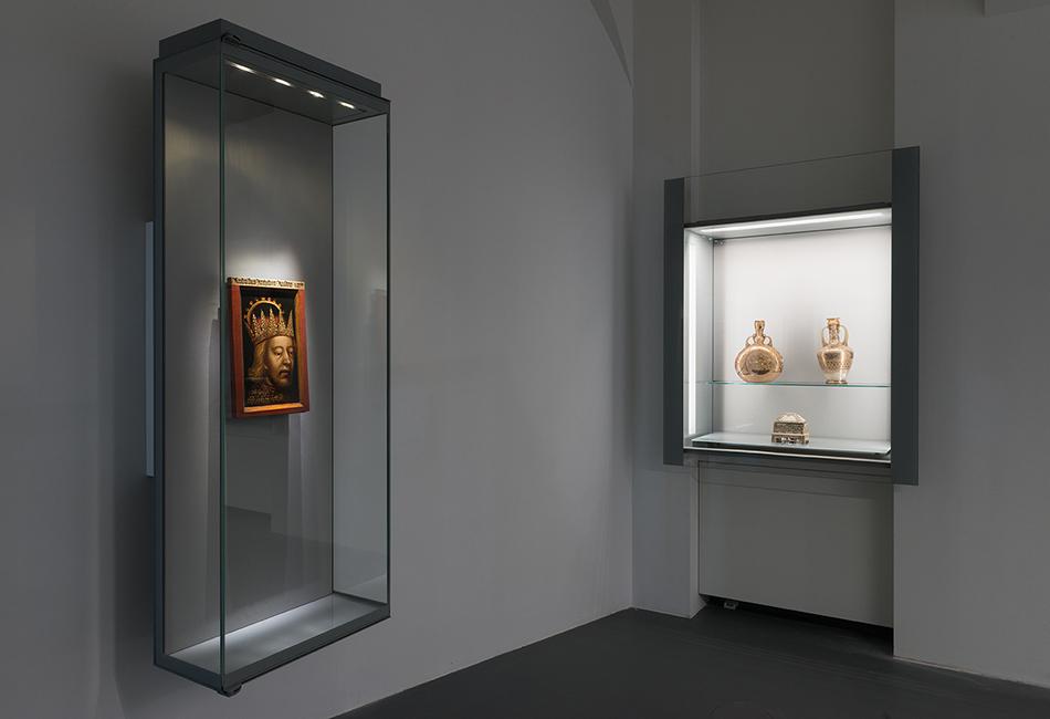 Das Porträt Rudolf IV. (14. Jh.), und zwei syrische Glasflaschen (13. Jh.) in der Schatzkammer des Dom Museum Wien. Foto: Lena Deinhardstein