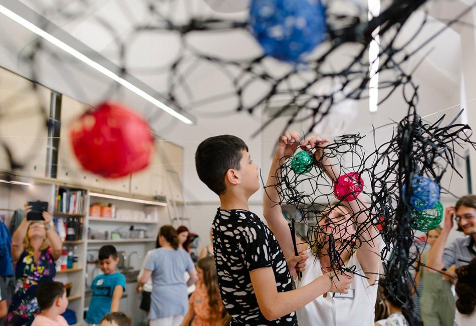 Kinder bei einem Kreativworkshop im Dom Atelier. Foto: Nicole Viktorik